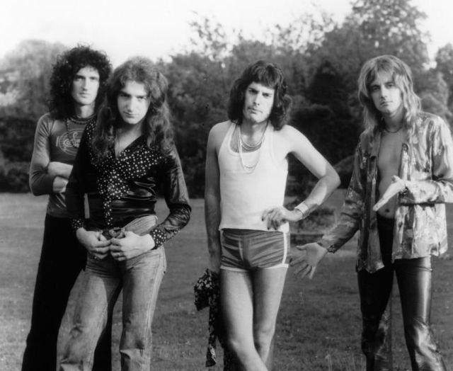 Queen  R.I.P. Freddie Mercury <3