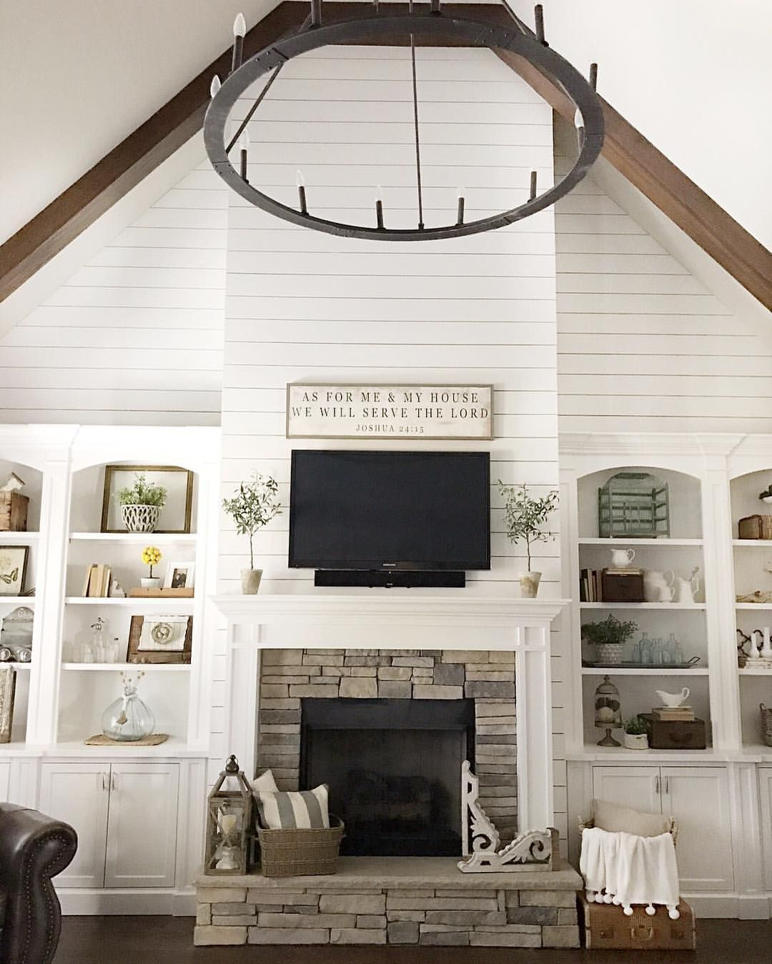Family room with shiplap and modern farmhouse styke - Modern family room design ideas ...