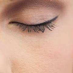 eyeliner perfekt auftragen so geht 39 s beauty. Black Bedroom Furniture Sets. Home Design Ideas