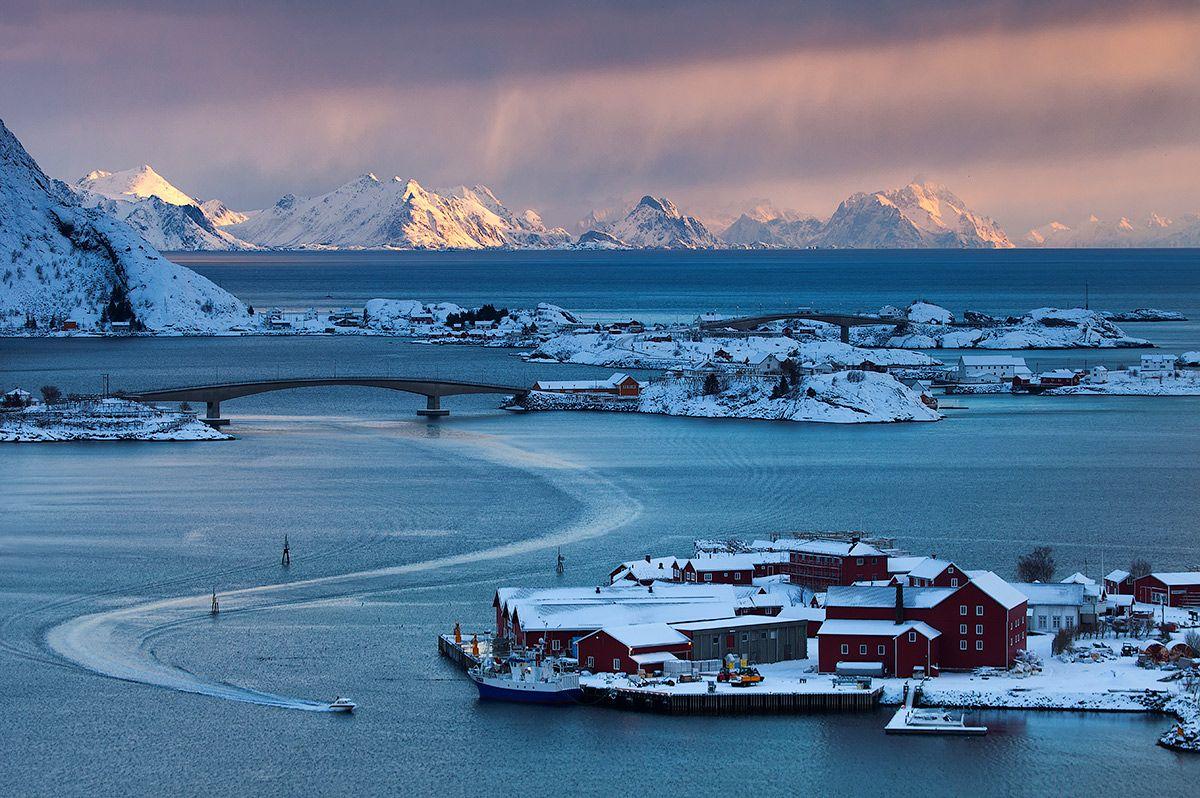 Возвращение домой фьорд Райне Лофотенские острова Норвегия