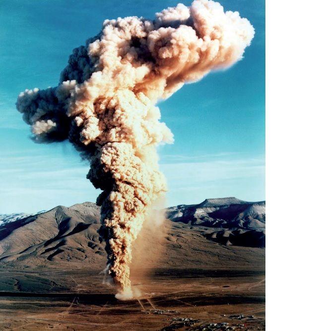 写真(ネバダ州での地下核実験。巨大な放射性雲が発生した。)出典:アメリカエネルギー省