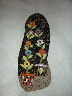 mosaicos decorativos para pared, este esta hecho sobre una rodaja de madera con ladrillo de piso reciclado