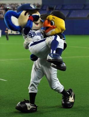 中日 ドアラ退場お姫様だっこ 日本s プロ野球ニュース Nikkansports Com 野球 マスコット ドアラ 球団マスコット