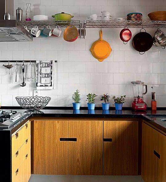 Vasos em degradê de azul dão cor à horta da arquiteta Gabriela Marques, na bancada da cozinha