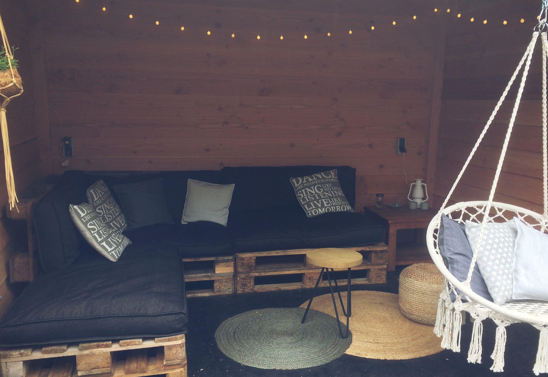 Overkapping met hangstoel van de xenos tuinhuis home décor