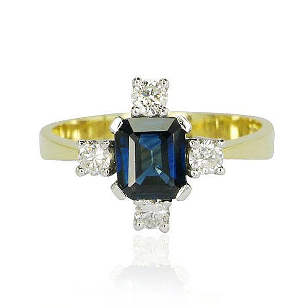 Charmant, charmant! So liebt es jede Frau - kostbar glitzernd und mit einem Hauch edler Steine. Das ist ein Ring für alle Tage  Die zarte Saphirdoublette 1,128 ct wird eingefaßt von 4 Diamanten 0,345 ct. Die Edelsteine sind in Krappenfassung mit je 4 Krappen gehalten; der Ringkopf ist aus 14 kt Weißgold. Die Ringschiene ist in 14 kt Gelbgold glänzend poliert und verjüngt sich im Verlauf nach oben.#Schmuck #Schmuckboerse #vintage #diamant #brillant