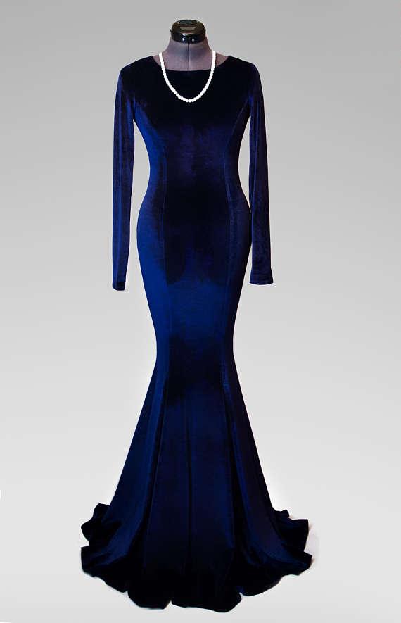 Pin by Charlotte King on Kleider in 2021   Dark blue velvet dress, Velvet  dress long, Velvet dress