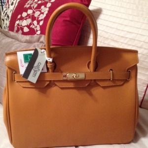 34108deee83 I just discovered this while shopping on Poshmark  AUTH CARBOTTI BIRKIN  STYLE 35CM HONEY LEATHER BAG. Check it out! Size  Medium to large