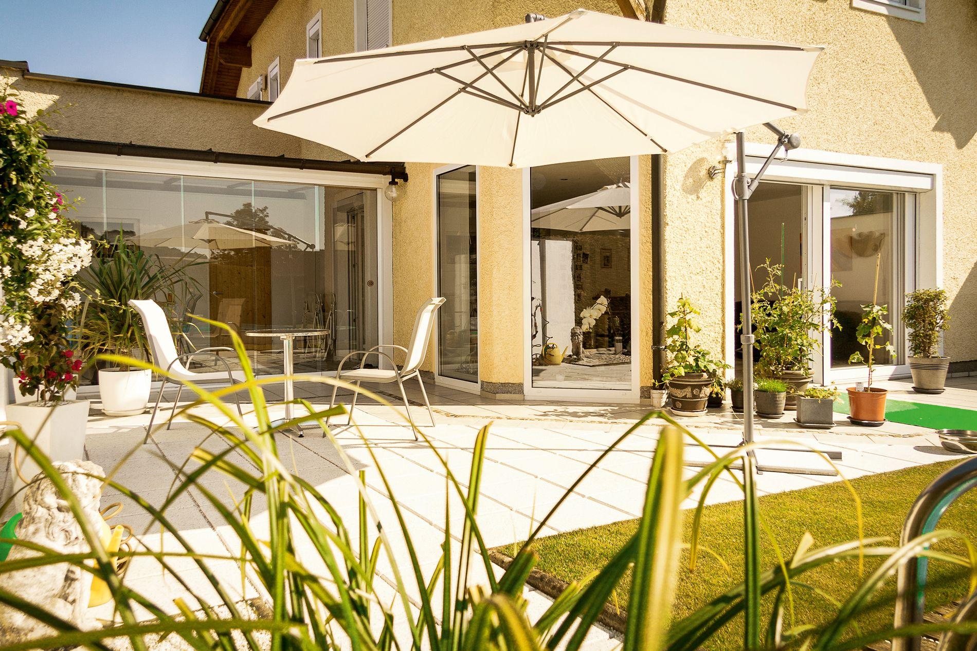 verschönern sie ihre terrasse mit einer rahmenlosen glasschiebewand