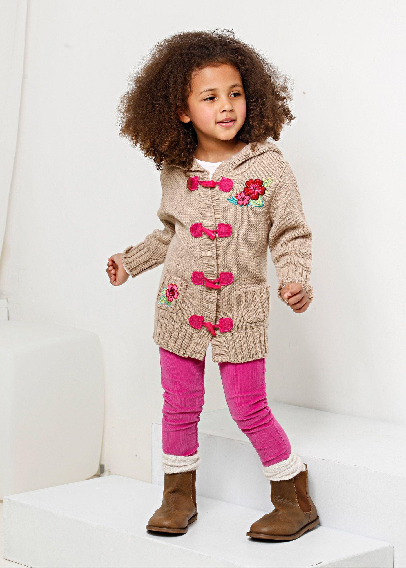 """Jetzt anschauen: Super trendige Longstrickjacke für die """"Kleine Dame"""" mit 2kleinen Taschen, Knebelknöpfen, Fellimitat an der Kapuze und süßer Blumenstickerei."""