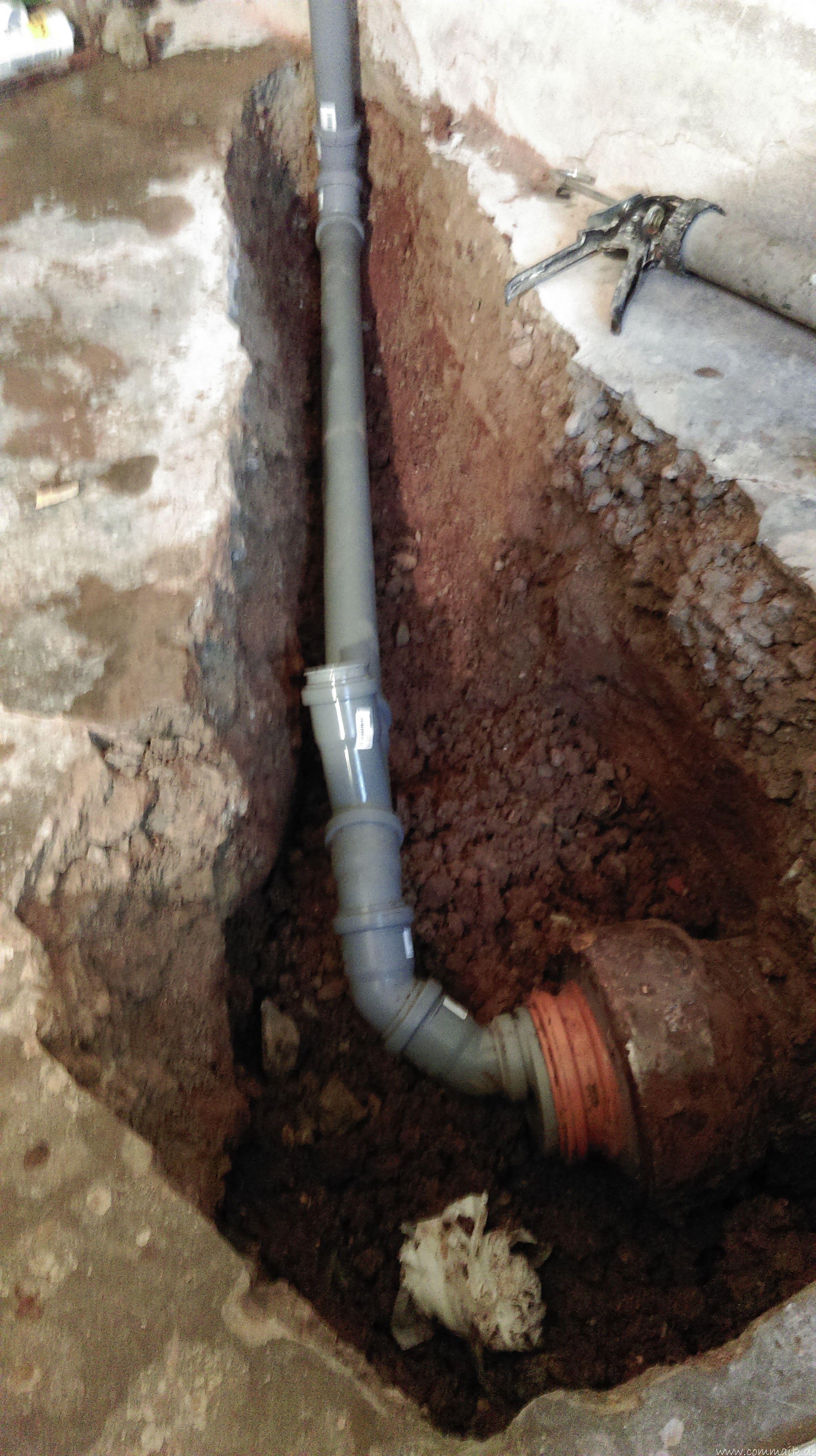 Ein Neuer Ht Abfluss Wird In Das Alte Tonrohr Eingebunden Abfluss Rohre Im Keller