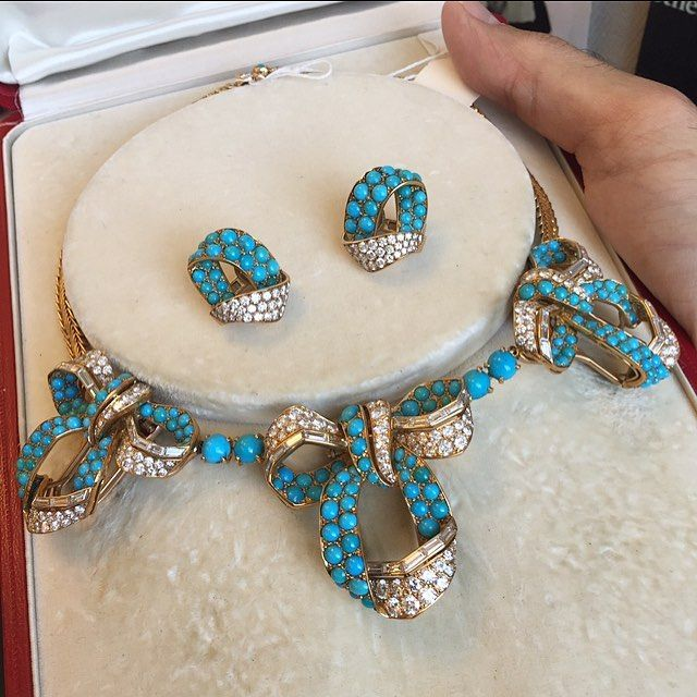 #AmazingCartier : this gold, turquoise and diamond necklace and earrings were made @cartier circa 1955. The three bows on the necklace remove to be worn as brooches! @sothebys sale of #MagnificentJewels on December 8 in #NYC #sothebysjewels #cartierparis #parisianchic #thebroochisback #vintagejewelry