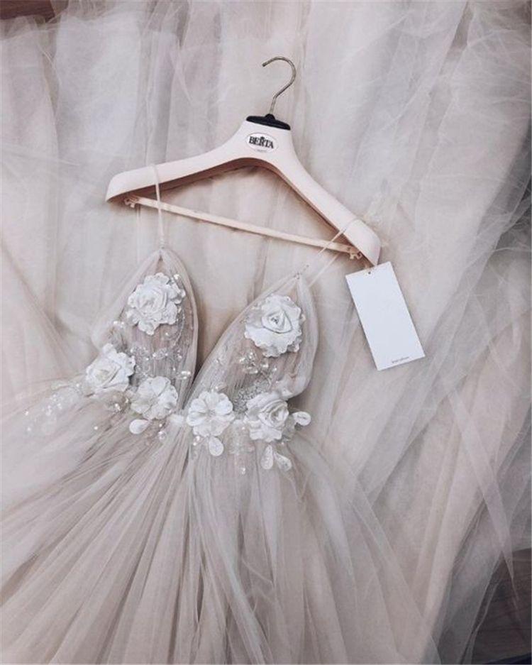 36 Schickes Brautkleid mit tiefem V-Ausschnitt im Jahr 2019