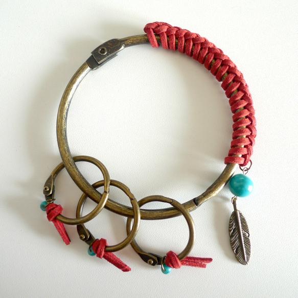 「クール可愛い」のイメージで作りました。赤い紐 + ターコイズブルーのビーズ + 羽チャーム、インディアンテイストの要素を入れてみました〜♪素材:スエード調ひ...|ハンドメイド、手作り、手仕事品の通販・販売・購入ならCreema。