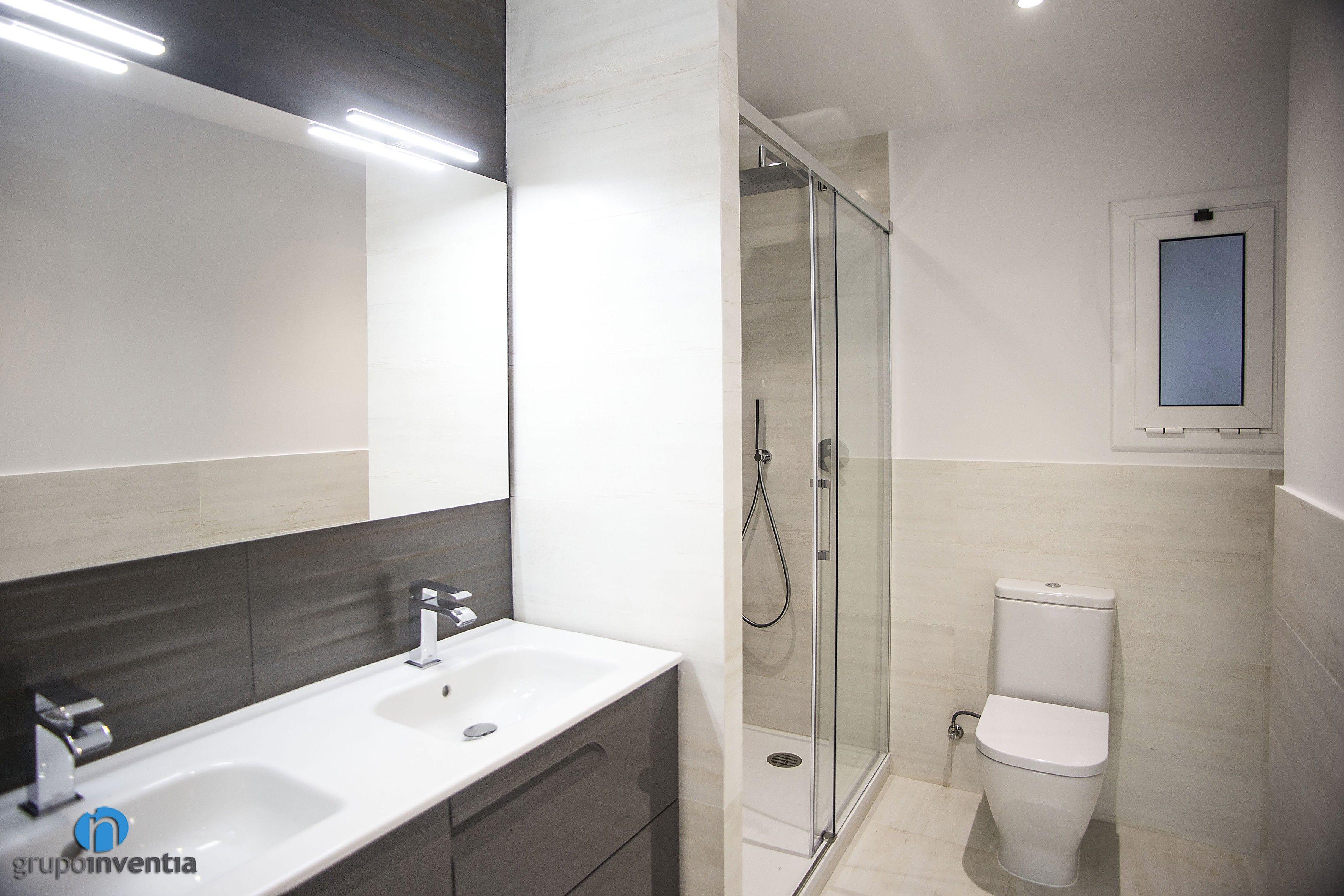 El cuarto de baño cuenta con un diseño muy acogedor y un ...