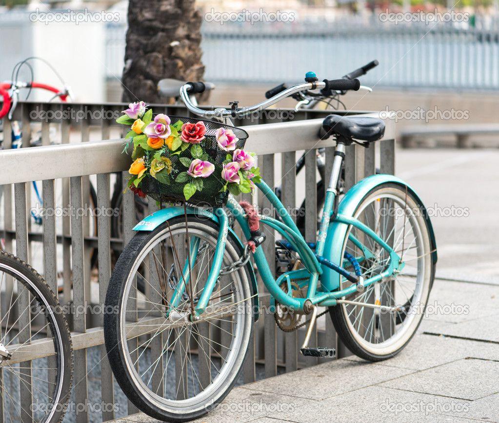 Bicicleta de mujer con una cesta decorada con flores al - Cestas para bicicletas ...