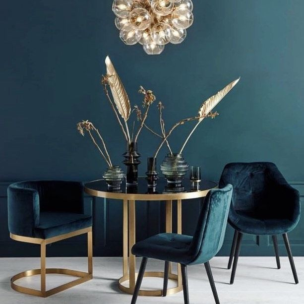 • Bleu c'est chique •  #accessories #architectureanddesign #artistsoninstagram #chique #colors #dallas #décoration #designindustry #dining #diningroom #diningtable #diningtabledecor #framedart #furnituredesign #golddetails #homedecor #hospitalitydesign #inspiration #interiordecorating #interiordesign #interiordesigner #lighting #materials #residentialarchitecture #residentialdesign #velvet