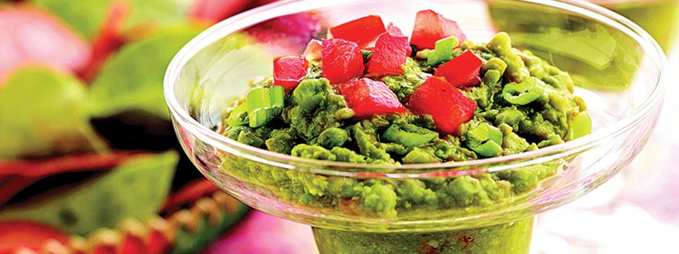 Een lekker, simpel en snel recept voor guacamole [gwa-kamole]; een (dip)sausje van avocado, afkomstig uit het zuiden van Mexico. Guacamole wordt meestal geserveerd bij Mexicaanse tortilla's en tortillachips, maar is ook een heerlijk bijgerecht bij vrijwel elke Mexicaanse schotel. Oók erg lekker op een toastje! Avocado is een supergezonde vrucht dankzij de vele voedingsstoffen, vezels en gezonde vetten. Een aanrader dus!