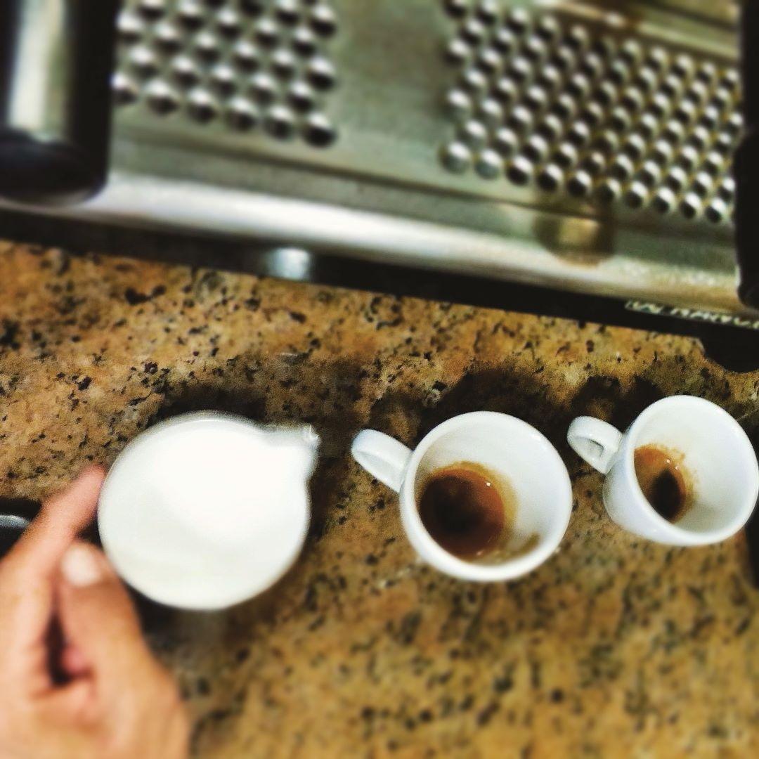 Los detalles hacen la perfección. Y en #AromaDiCaffé nuestros #Baristas cuidan cada detalle para brindarte el mejor café. Vive la #ExperienciaAroma y deleita tus sentidos. Somos tu lugar común. Ven y cuéntanos tu historia y disfruta un #MomentoAroma. Visítanos en el C.C. Metrocenter pasaje colonial. #AromaDiCaffé #CoffeeTime #CoffeeLovers #Coffee #SaboresAroma
