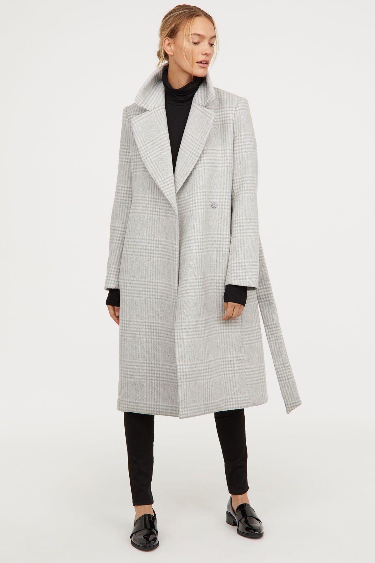 Figurbetonter Schwarzer Mantel aus weicher Wollmischung.