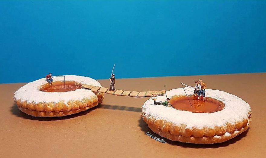 """Matteo Stucchi je taliansky kuchár z talianskeho mesta Monza. Nielen, že dokáže pripraviť chutné dezerty, svoje delikatesy využíva aj ako kulisy pre fotografie miniatúrnych svetov. Je to perfektná kombinácia. Malé figúrky využívajú žeriav, aby mohli tiramisu posýpať kakaom. Tekutá čokoláda sa mení na rieku pre raft. """"Výzor dezertov je taký istý dôležitý ako chuť,"""" povedal Matteo. Pri pohľade na tieto fotografie skrátka nemôžeme nesúhlasiť!"""