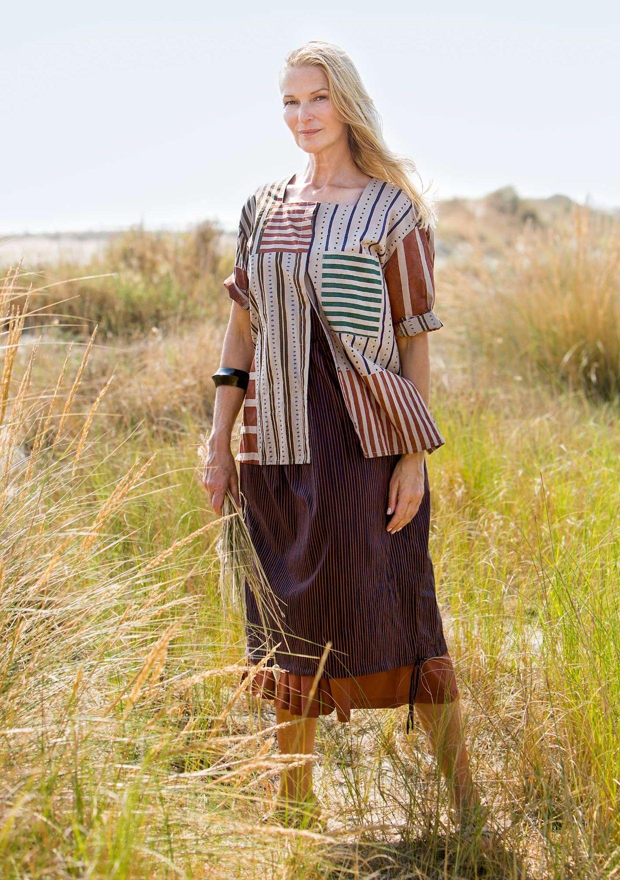 a5c0531e29dc Längre klänning med en generös passform som nog lätt blir en favorit i  garderoben. Ärmlös