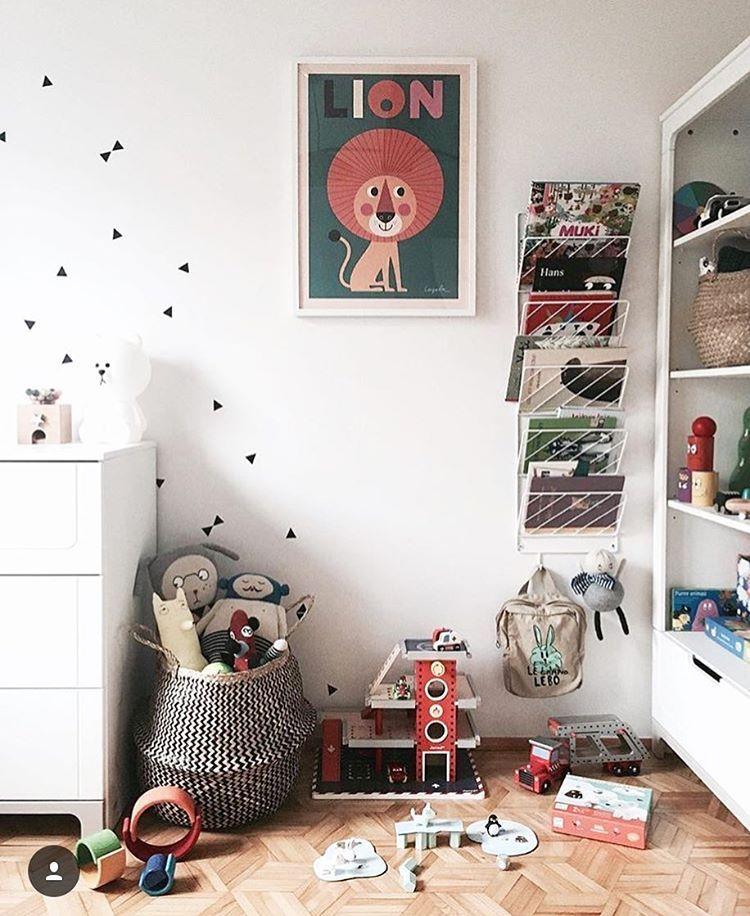 Plakat i geometryczne detale jako dekoracja pokoju dziecięcego