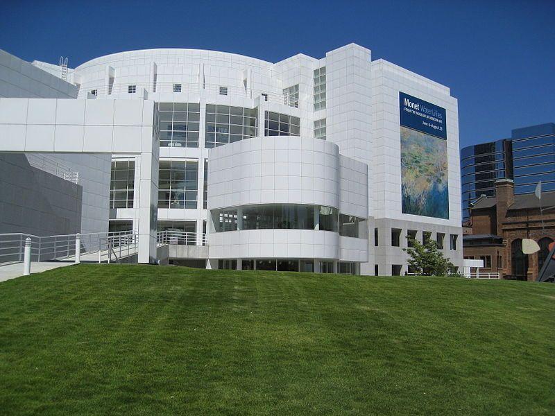 -High Museum of Art en Atlanta. Obra de Richard Meier (EEUU), arquitecto ganador del Premio PRITZKER en 1984. Es una de sus obras mas características, y que, en lo personal la que mas me gusta por su logro de armonía con el contexto, la pureza que denota usando el color blanco y su volumetría.