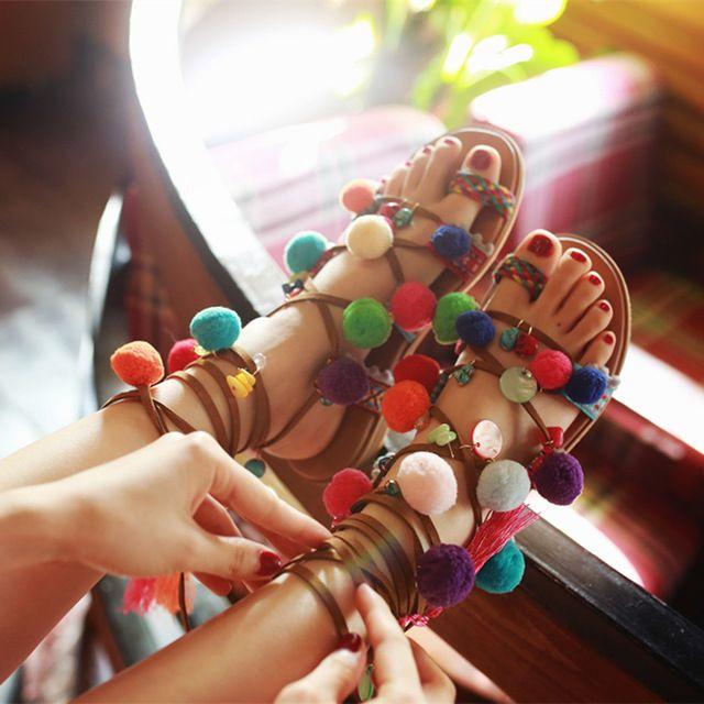 2016 Verano Sandalias de Playa Flip Flop Zapatillas Sandalias de Las Mujeres de Bohemia Floral Strappy Cruz Rebordear Flores de Bolas de Piel Zapatos Casuales