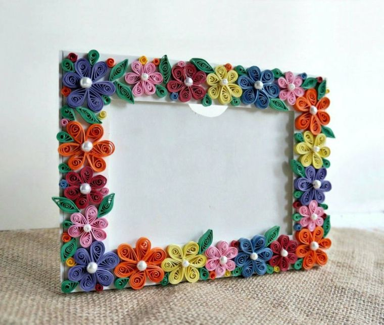 Come fare una cornice di cartone decorata con fiorellini e