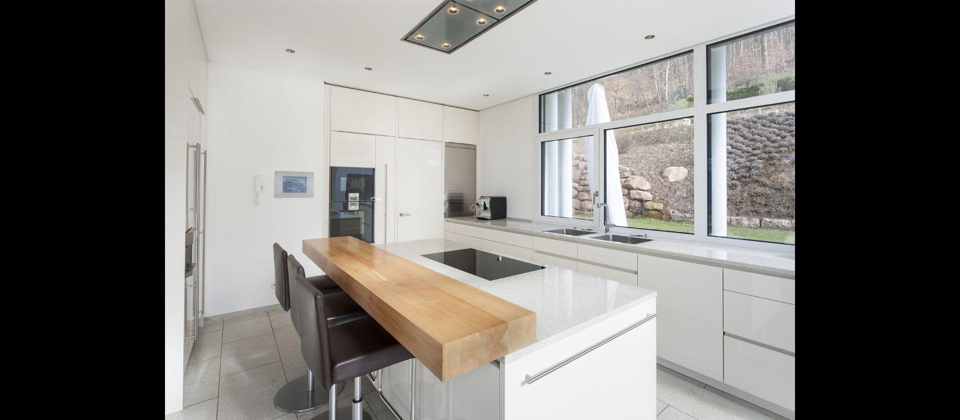 MTB-Küche in Hochglanz weiss und Arbeitsflächen aus Granit | Küche ...