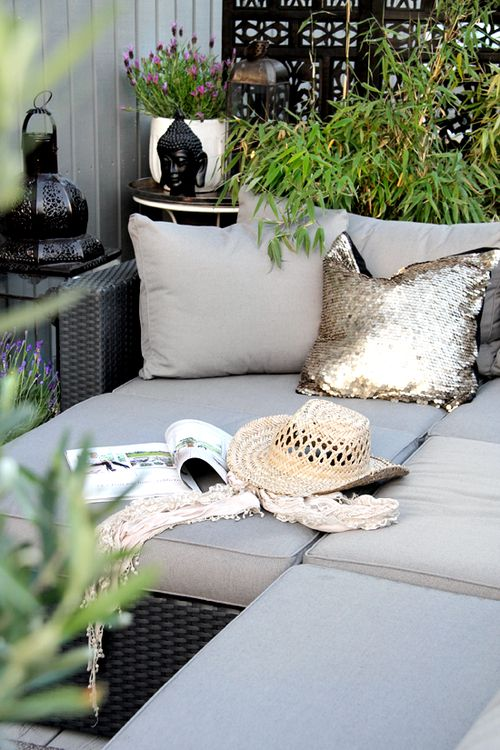 Gold sequin cushion outside? I love it! Grey, green and black - wohnzimmer ideen buddha