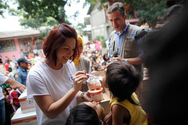 Wfp Ambassador Kc Concepcion Delivers Food To Philippines Flood Victims 27 December 2011 Photo Wfp John With Images Kc Concepcion Filipina Actress World Food Programme