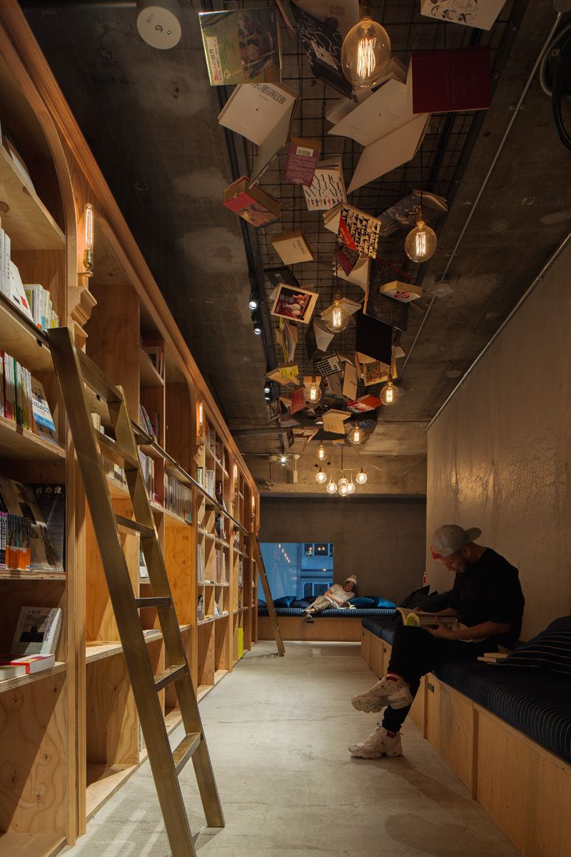 Wohnen In Tokio you can a wall of books in this hostel in
