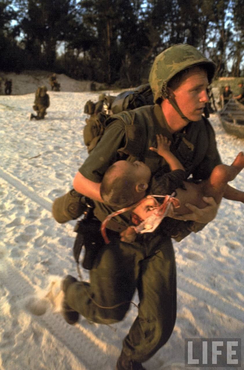 169 Paul Schutzer 1965 Us Marine Medic With A Wounded