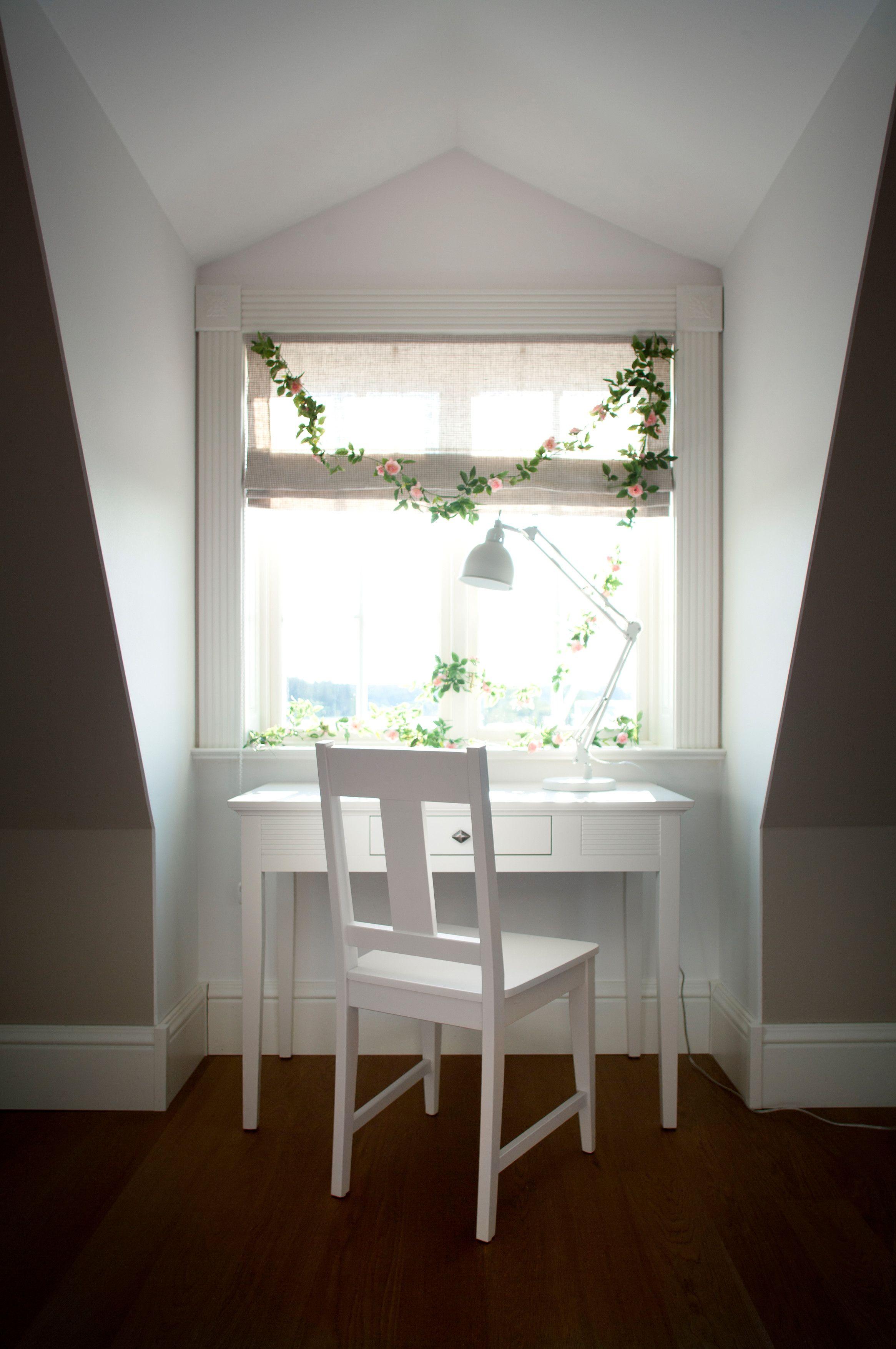 Valkoinen Meri-tuoli ja Meri-kampauspöytä.
