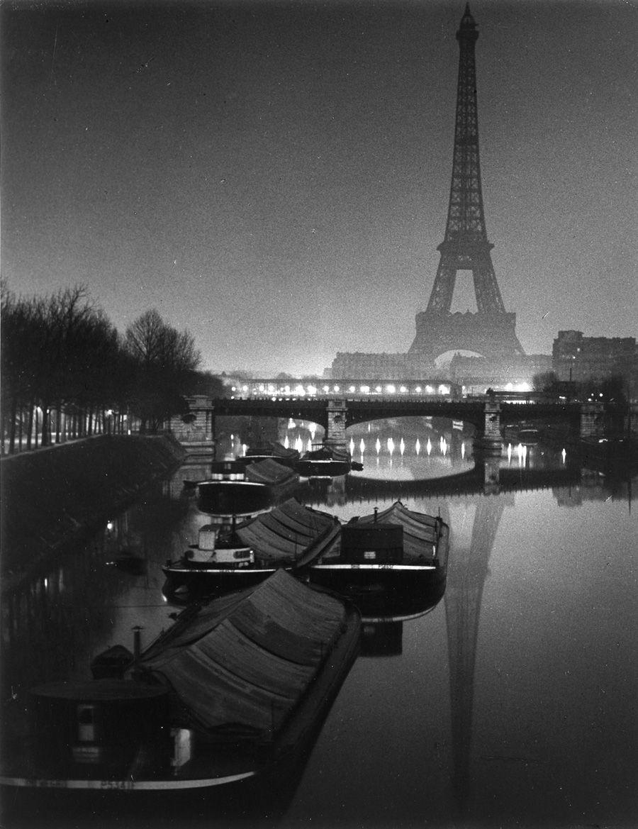 la tour eiffel devant la seine de nuit 1932 brassai brassai pinterest tour eiffel. Black Bedroom Furniture Sets. Home Design Ideas