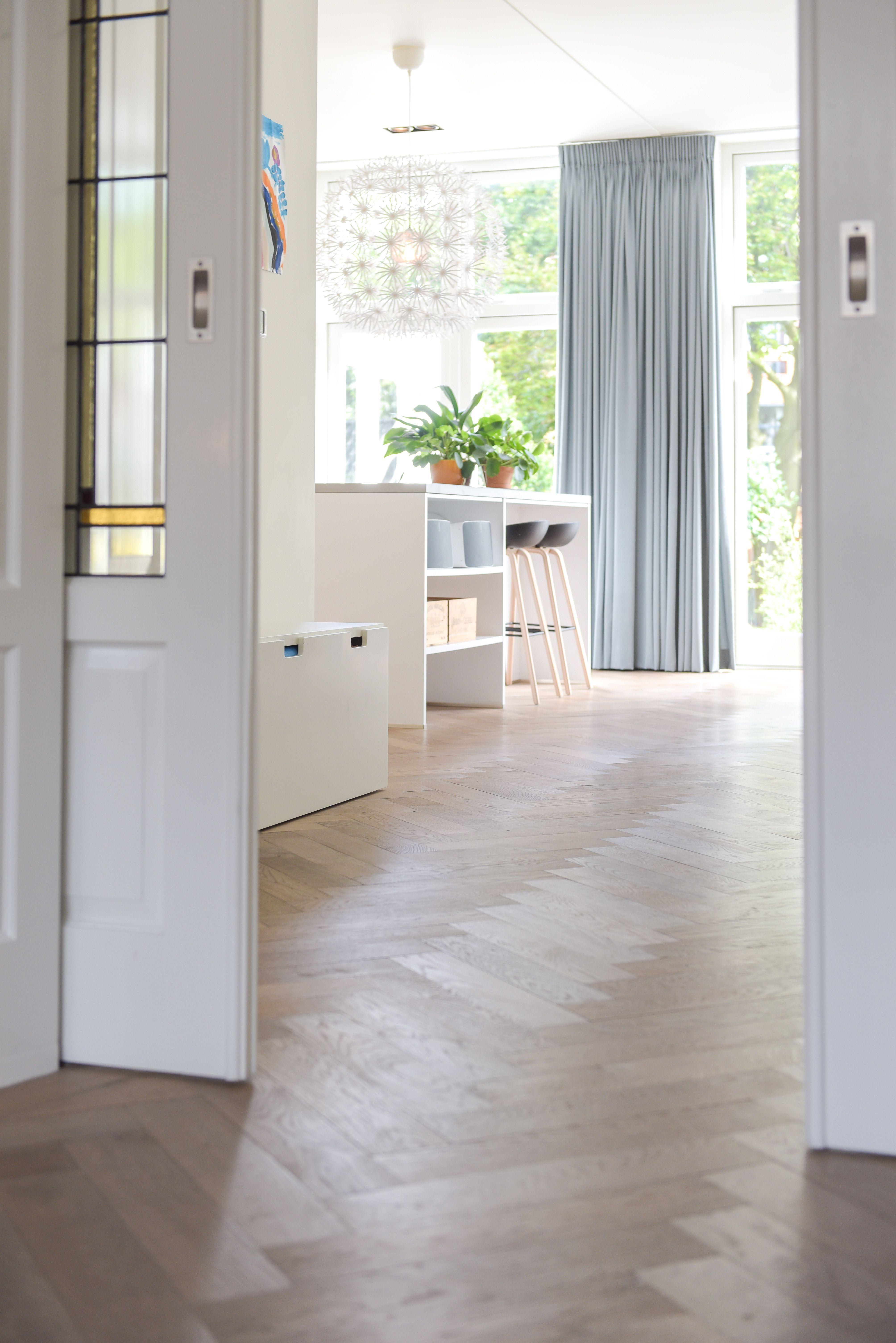 Eiken houten vloer gelegd in visgraad motief in jaren 30 woning woonkeuken en woonkamer worden - Scheiden een kamer door een gordijn ...