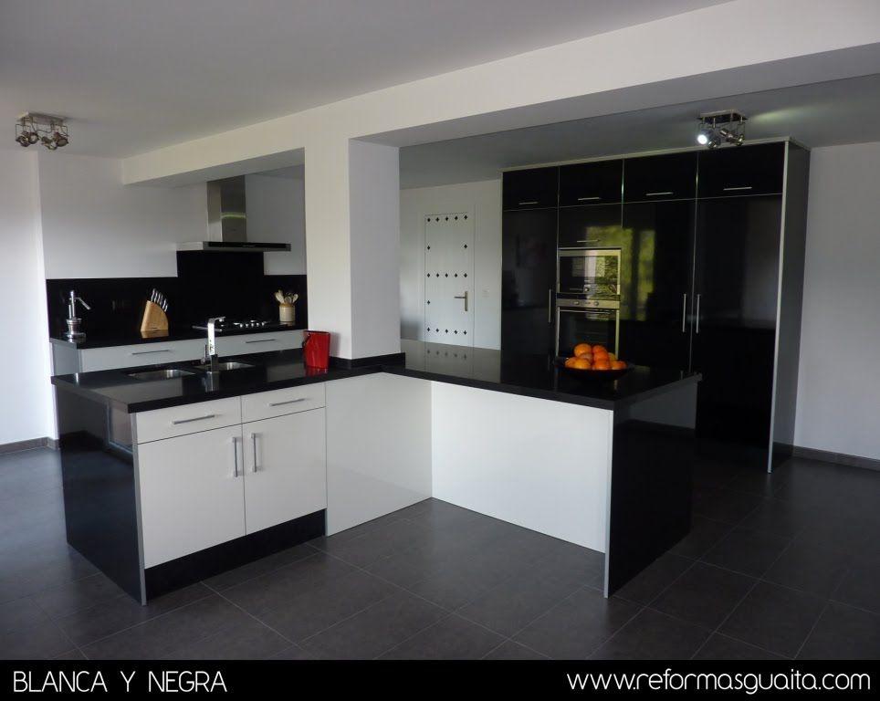 Reformas guaita cocina en blanco y negro en un chalet for Cocina blanca y negra