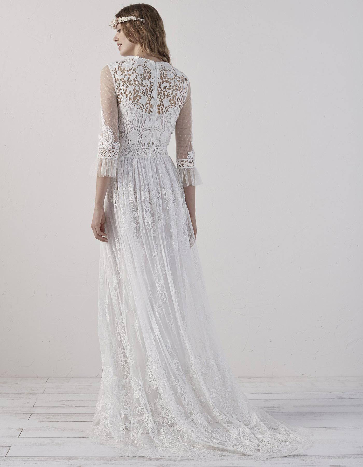 312f47fca4c7 EDET by PRONOVIAS Innocence and seduction come together in this boho dress.  A design with an evasé skirt and a natural waist
