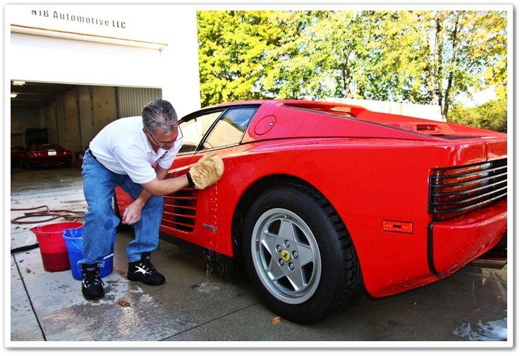 Yo lavo el carro con mi padre.