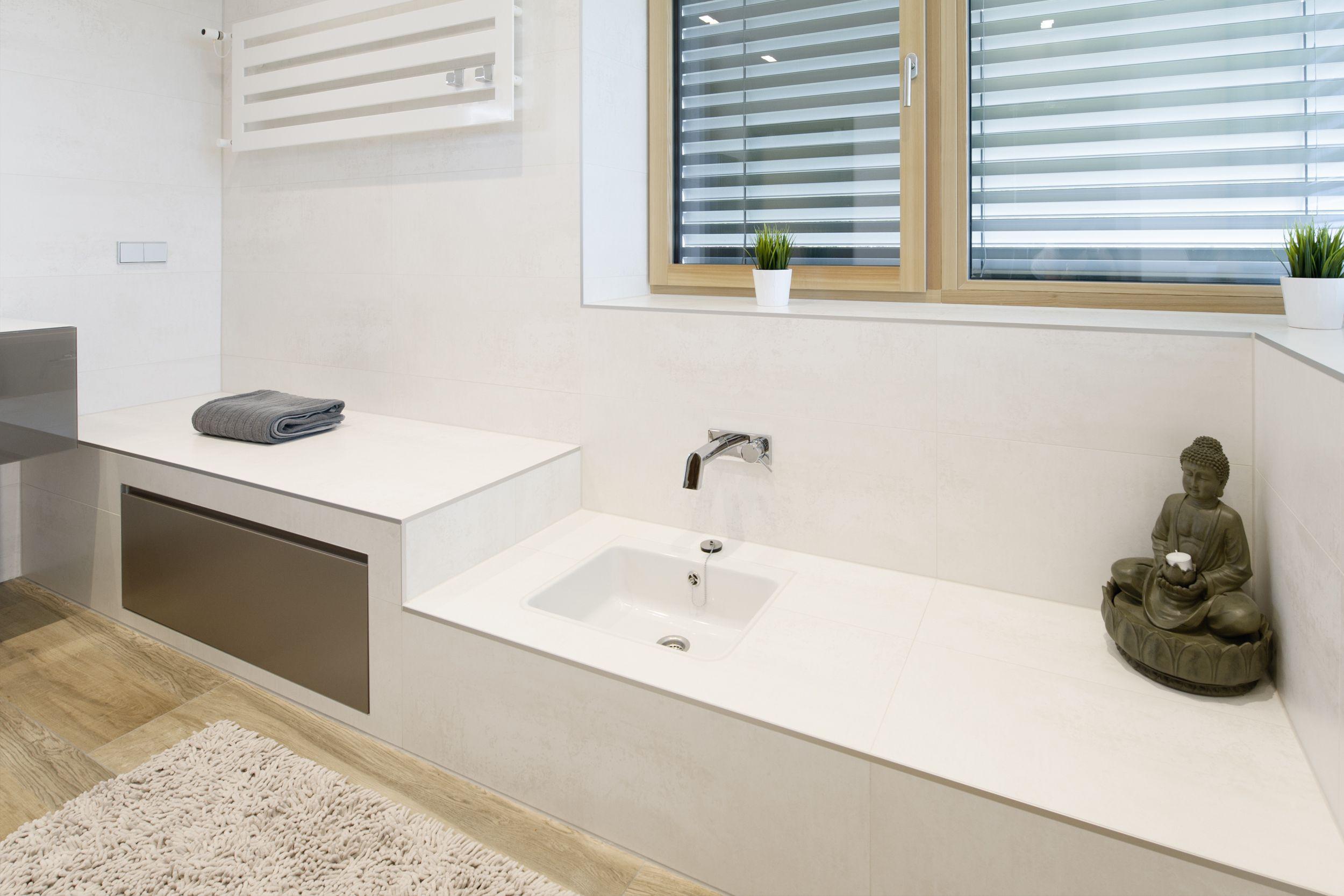 Gemauerte Sitzbank mit Fußwaschbecken • Fliesenboden in