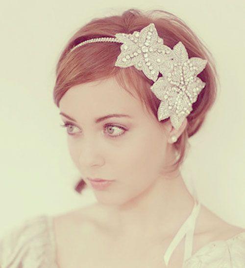 Noiva de cabelo curto e tiara.
