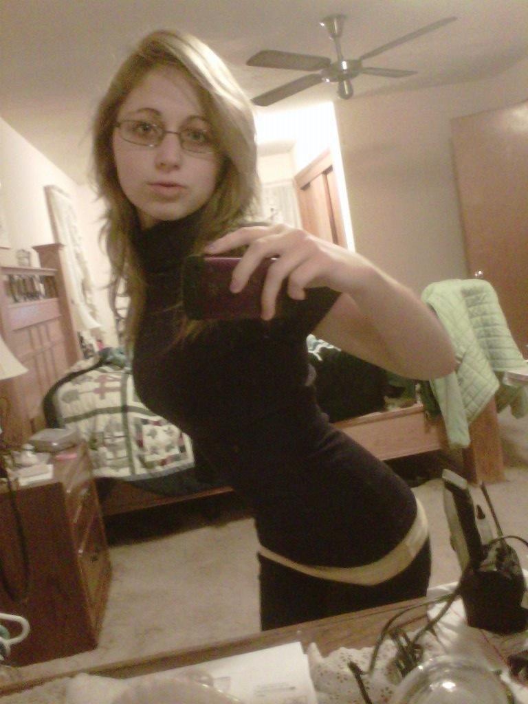 Amateur girl mirror selfpics — img 7