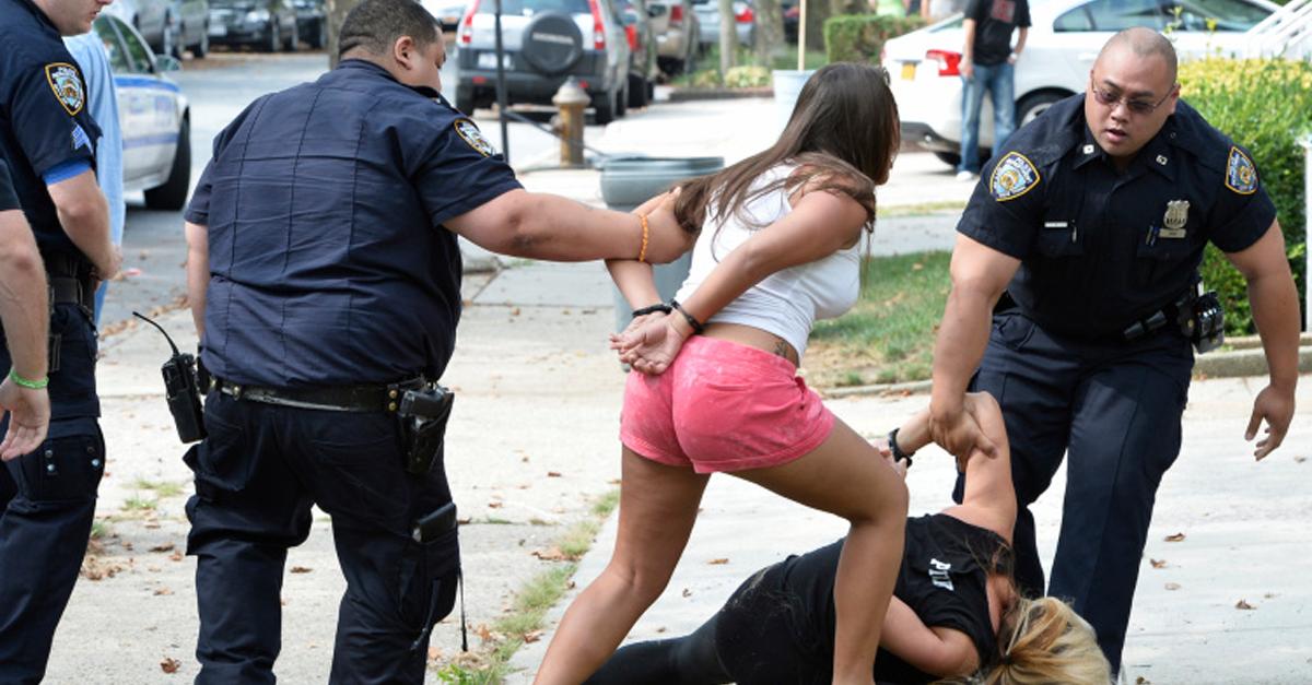 Шутник перепрыгивает через полицейские и арестовывают его задницу секс фото