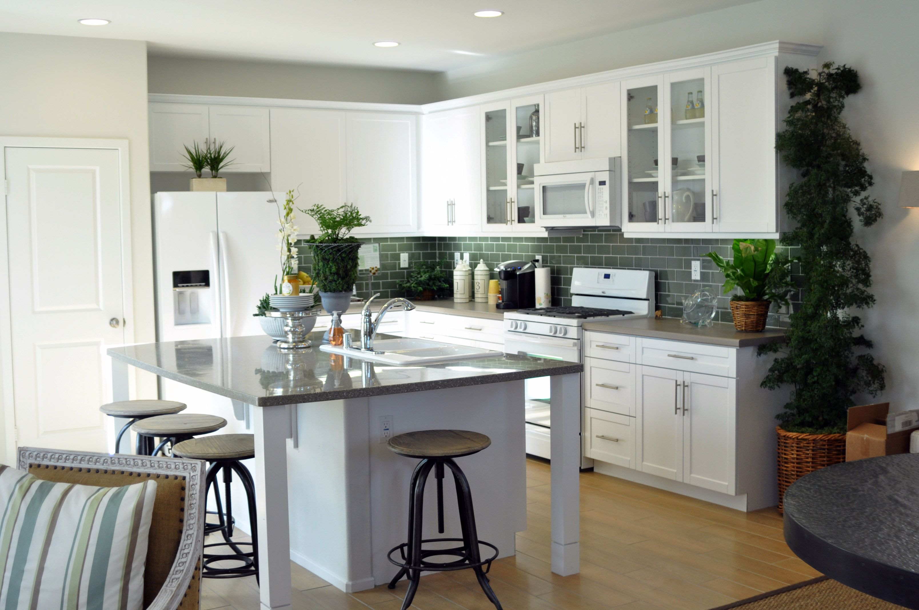 Green Door In Shaker White Rtf Kitchens And Baths By Lynn In California Is A Dealer For Rsi 760 5 Kitchen Plans Modern Kitchen Design Craftsman Kitchen White