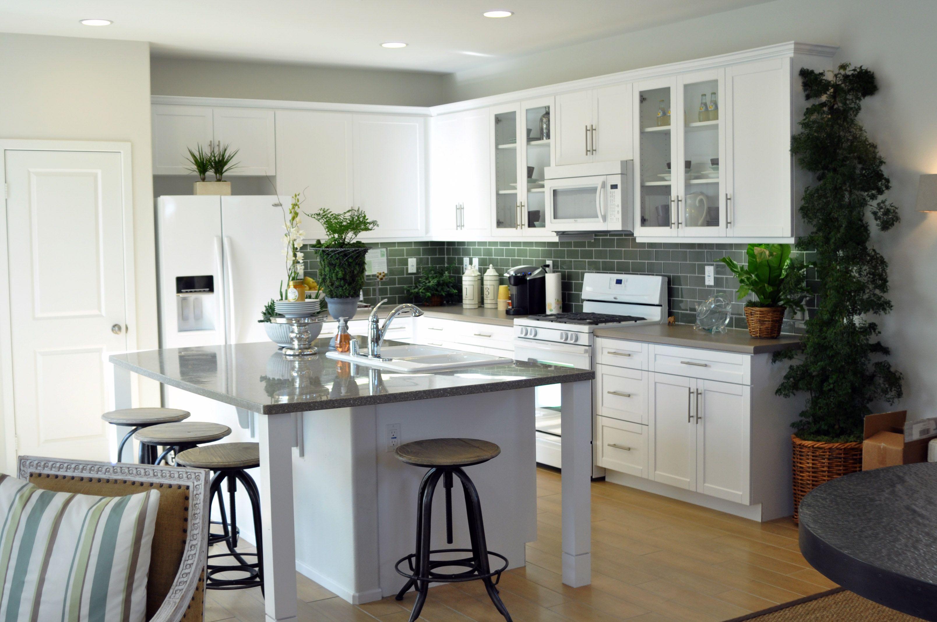 Green Door In Shaker White Rtf Kitchens And Baths By Lynn In California Is A Dealer For Rsi 760 5 Kitchen Plans Modern Kitchen Design Craftsman Kitchen White