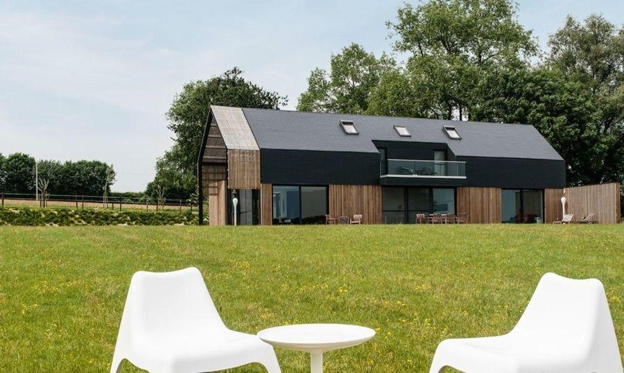 La Vieille Grange Belge Est Transformee En Maison Contemporaine Magnifique By Sito Architecten Archiexpo Maison Contemporaine Design Exterieur De La Maison Maison