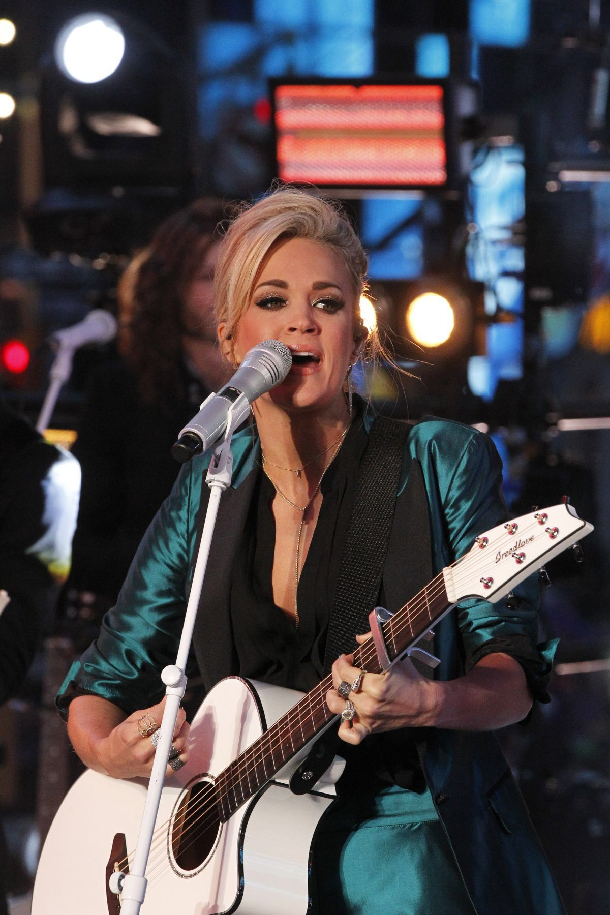 Carrie underwood performs at dick clarks pics 144