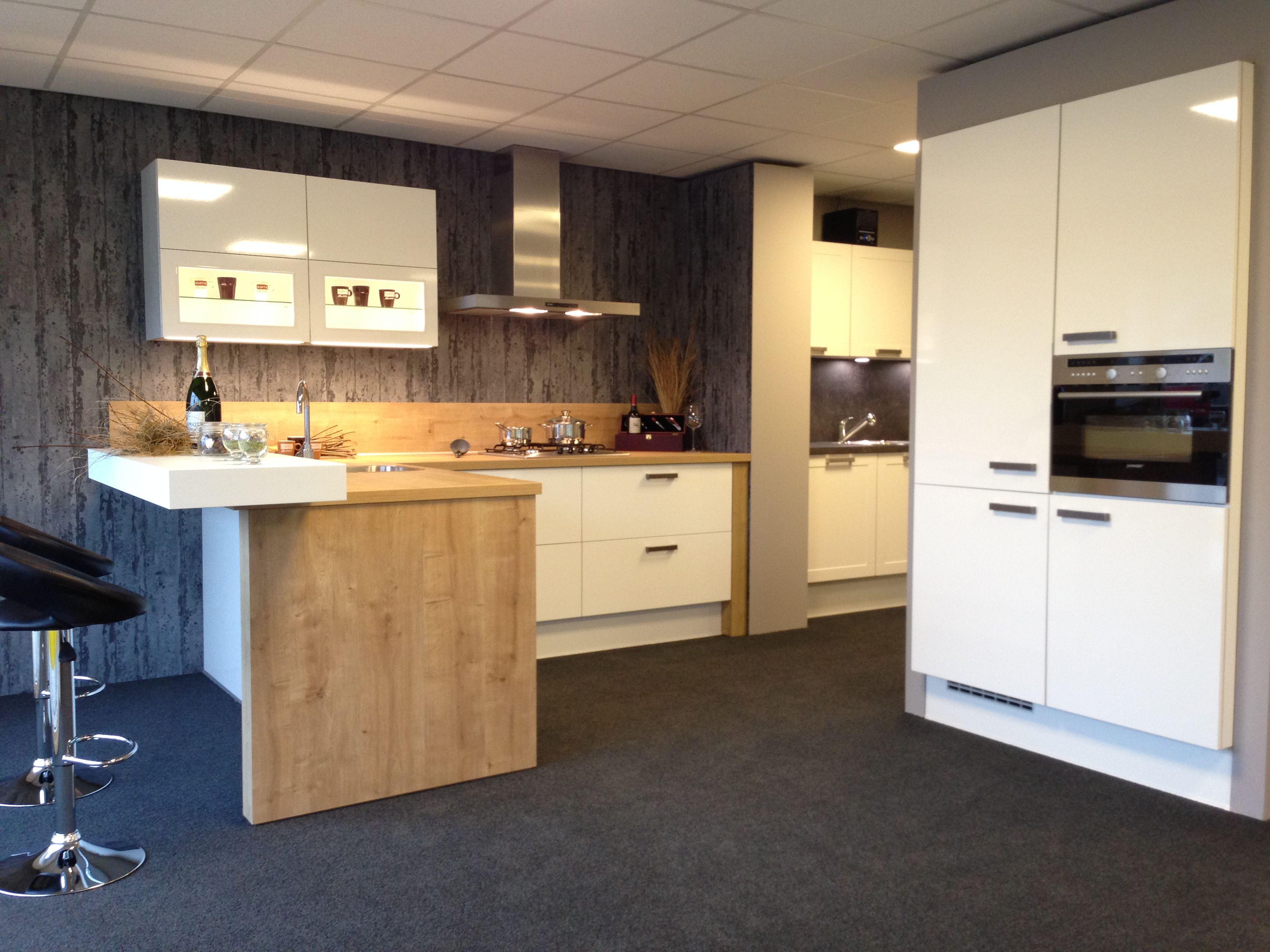Wit Stoere Keuken : Stoere keuken in wit en warme houttinten en stoere grepen speels